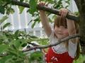 Dziecko zabawa w ogrodzie