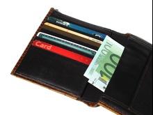 Portfel z pieniędzmi i kartami bankowymi