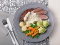 Jak przygotować polędwiczki duszone w winie z sosem serowo-kaparowym i warzywami?