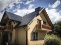 Wzornictwo na dachu: Jakie możliwości wyboru daje blachodachówka?