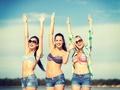 Wakacyjny niezbędnik – jakie kosmetyki zabrać ze sobą na wakacje?