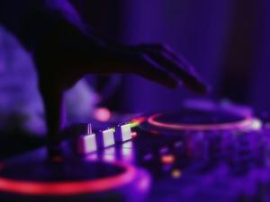 Oprawa muzyczna wesela - co warto wybrać, zespół czy DJ-a