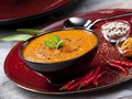 Zdrowy smak natury:  Sycący Krem z batatów i pieczonej papryki z pastą z pestkami słonecznika, suszonymi pomidorami i bazylią