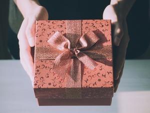 Prezent urodzinowy dla kobiety - 6 sprawdzonych pomysłów