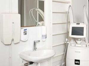 Bezpieczeństwo tkwi w detalach, czyli jak zaaranżować łazienkę dla osób niepełnosprawnych