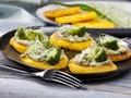 Zdrowy smak natury:  Przepis na kukurydzianą polentę z brokułem, kiełkami i prażonymi pestkami słonecznika