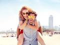 Barwione soczewki okularowe – modny gadżet czy lepszy komfort widzenia?