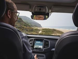 Widzisz dobrze – jedziesz bezpieczniej!  Jak zwiększyć komfort widzenia podczas prowadzenia samochodu i zadbać o bezpieczeństwo swoje oraz innych na drodze?