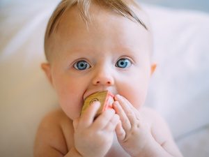 Dzieci jedzą zdrowo. Dowiedz się jak ważną role pełnią tłuszcze w diecie dzieci i które z tłuszczy dają najwięcej korzyści.