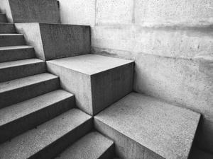 Bezpieczna droga do celu, czyli wybieramy materiał na modne i funkcjonalne schody