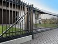 Przesuwna czy dwuskrzydłowa - jaką bramę wjazdową wybrać?