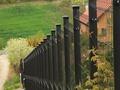 Jakie ogrodzenie na pochyłym terenie?